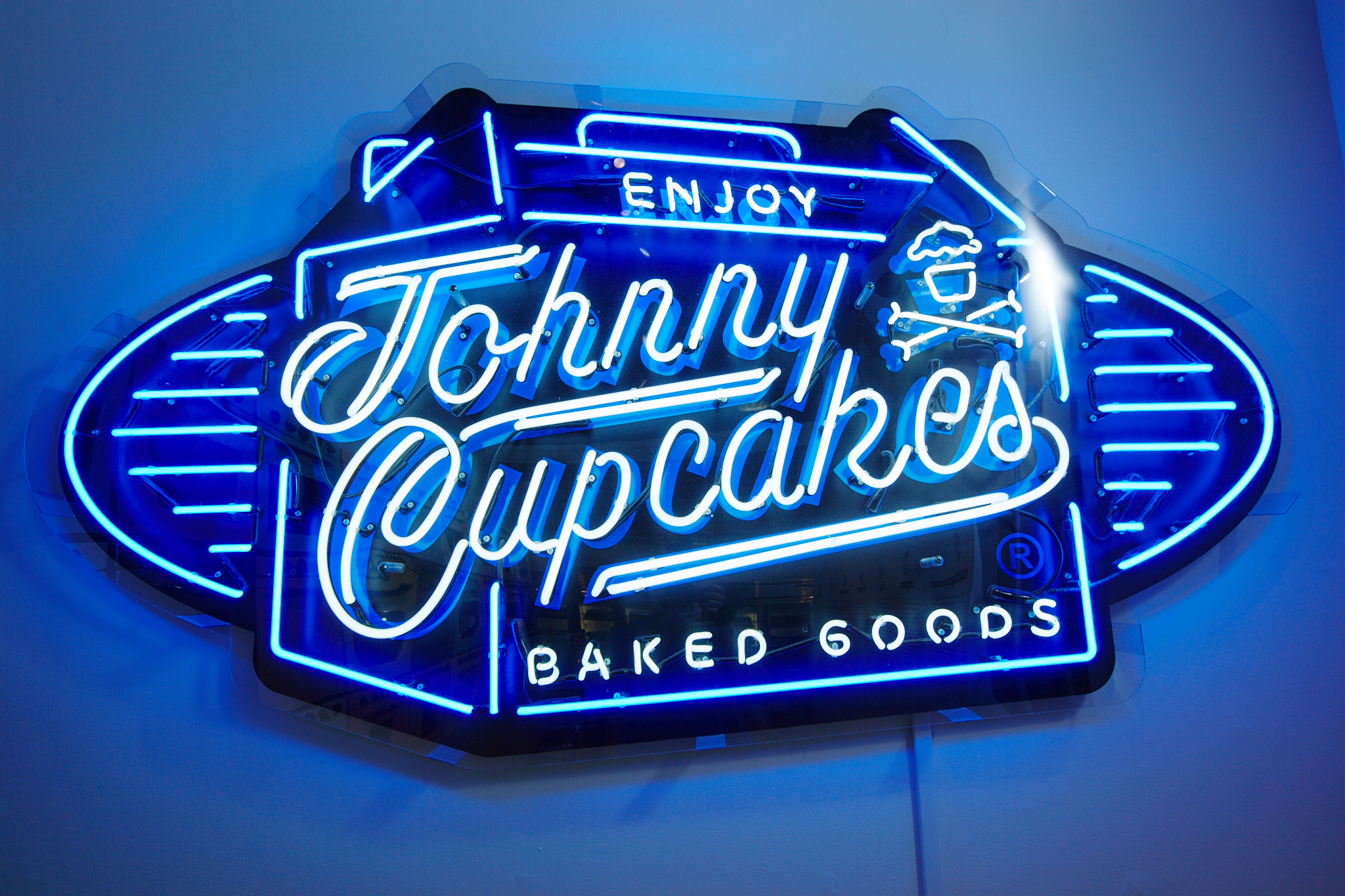 https://www.designercon.com/wp-content/uploads/2017/09/Johnny-Cupcakes-Boston-279-Newbury-Street-neon-sign.jpg